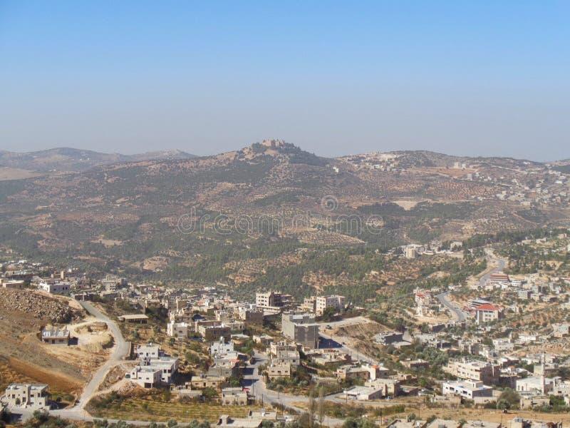 vista a un pueblo en Jordania imagen de archivo