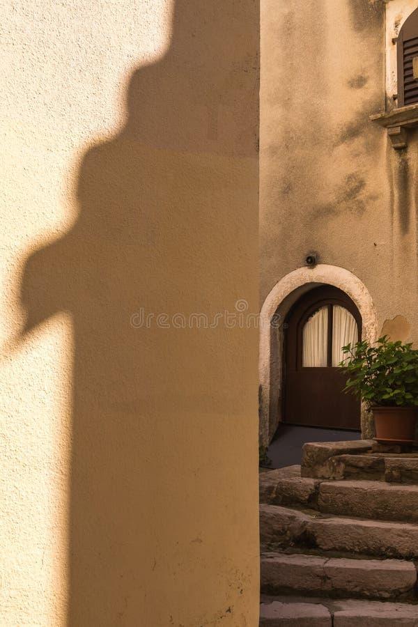Vista a una yarda de una casa imagenes de archivo