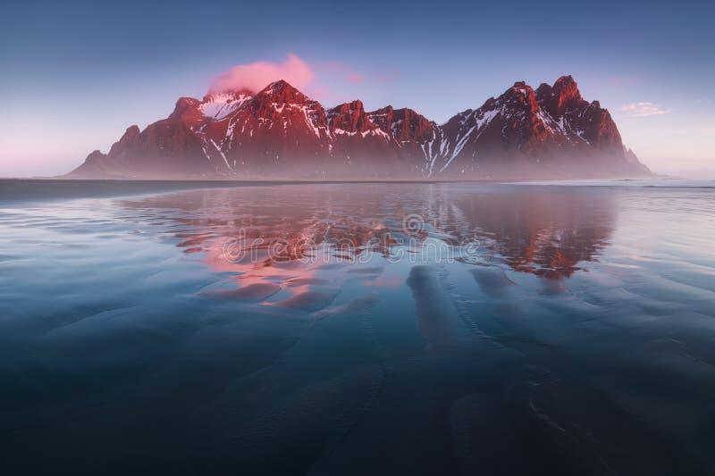 Vista unica sulla spiaggia di sabbia nera Capo di Stokksnes di posizione, supporto di Batman della montagna di Vestrahorn, Island immagini stock