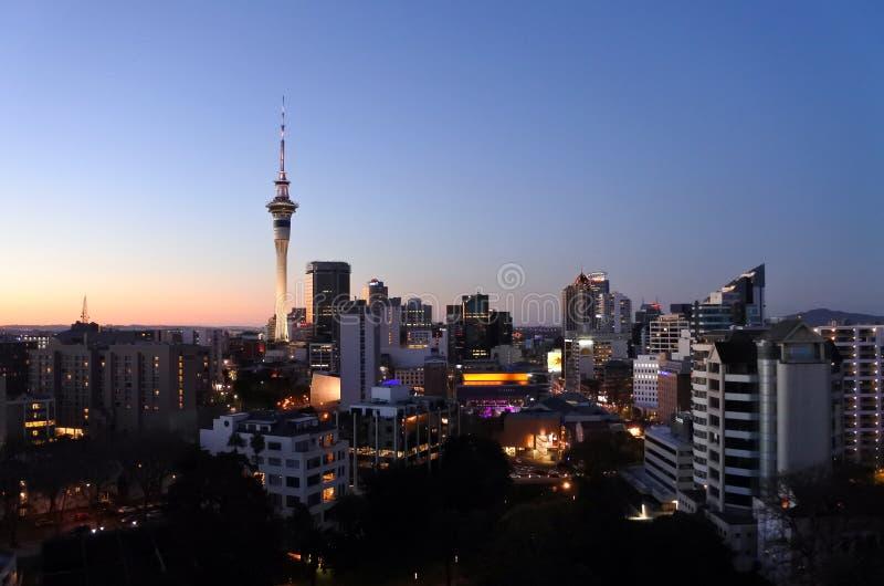 Vista urbana del paesaggio dell'orizzonte di Auckland CBD al crepuscolo fotografia stock