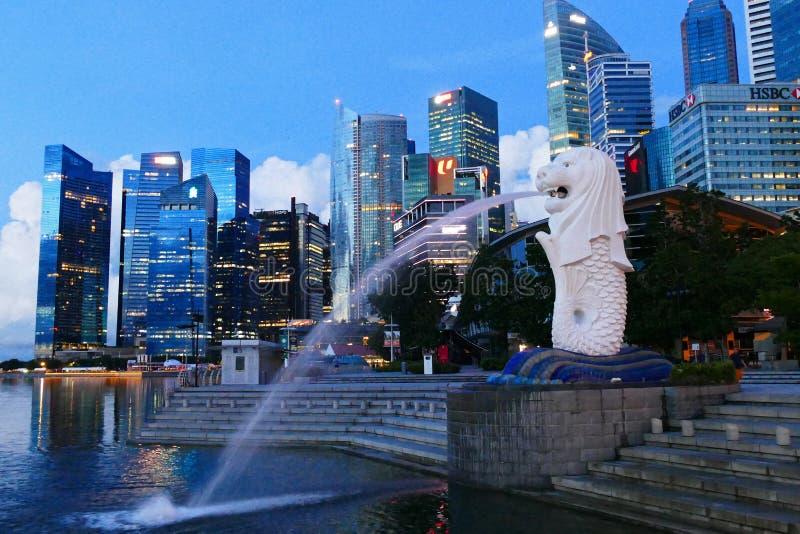 Vista urbana del paesaggio di Singapore con la statua di Merlion in Marina Bay Area immagini stock libere da diritti