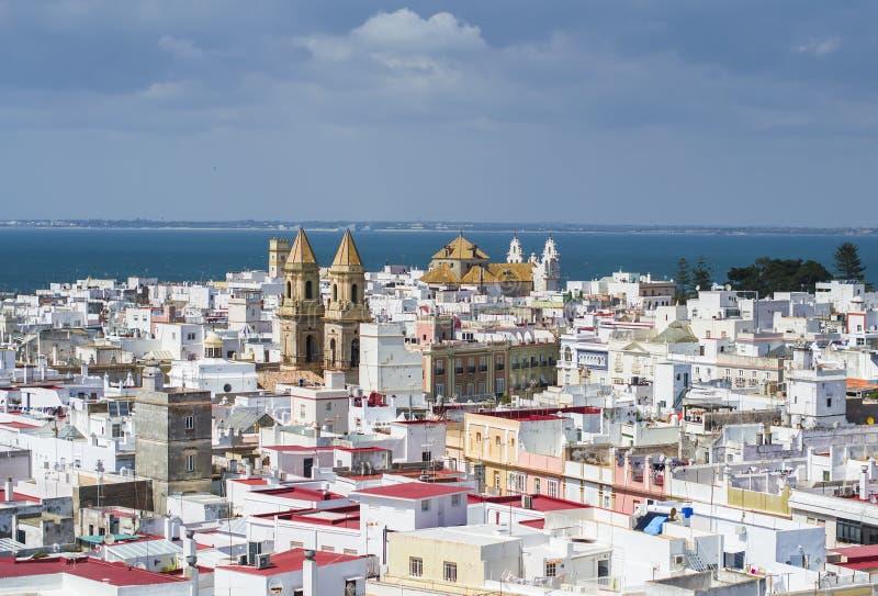 Vista urbana sobre os telhados de Cadiz, Espanha fotografia de stock royalty free