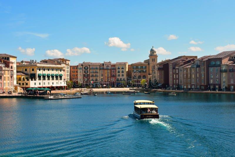 Vista variopinta di Lakeside dell'hotel della baia di Portofino dell'italiano Trasporto dell'ospite della barca che arriva dentro fotografia stock libera da diritti