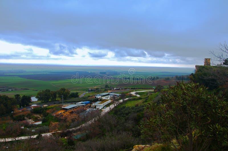 Vista verde del lanscape, grandi campi e piccolo villaggio fotografia stock