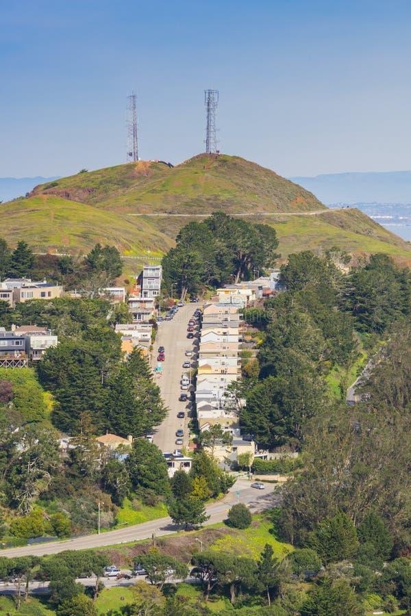 Vista verso i picchi gemellati e le zone residenziali circostanti, San Francisco, California fotografie stock libere da diritti