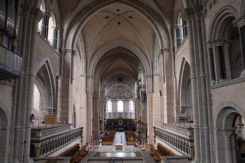 Vista verso l'entrata nella cattedrale di Treviri fotografie stock libere da diritti