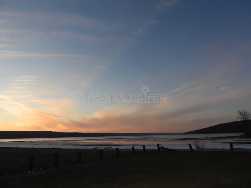 Vista verso l'estremità del nord del lago cayuga al tramonto nell'inverno fotografia stock