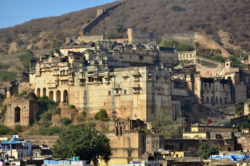 Vista verso la fortificazione/palazzo di Bundi nella piccola città di Bundi in Rajastan, India immagine stock