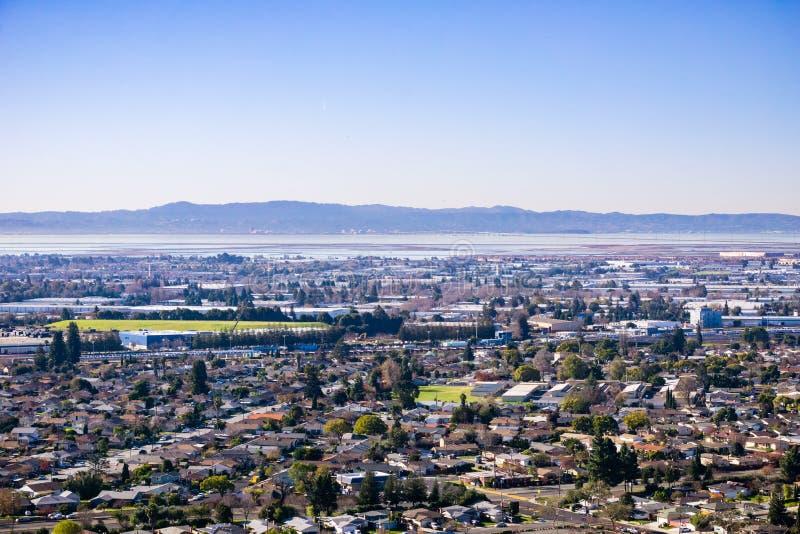 Vista verso le città della baia orientale; Ponte sui precedenti, area di San Francisco Bay, Hayward, California di San Mateo fotografie stock