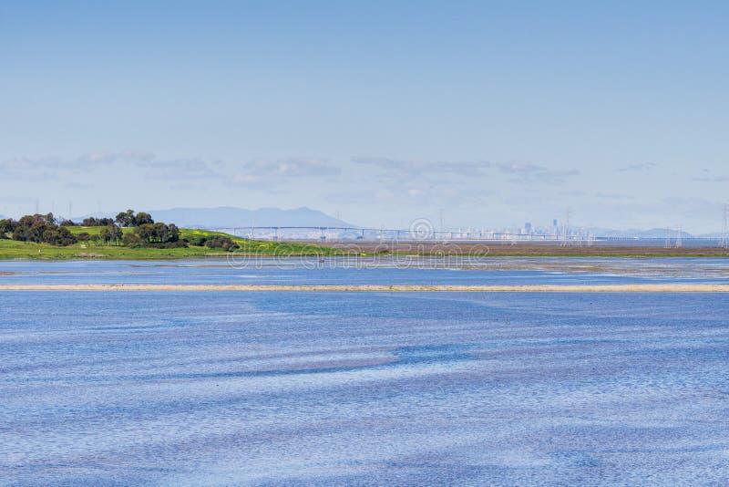 Vista verso San Mateo Bridge e San Francisco un chiaro giorno, Menlo Park, Silicon Valley, California immagini stock libere da diritti