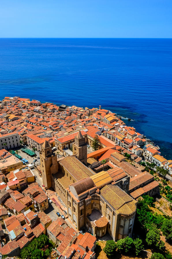 Vista vertical aérea del pueblo y de la catedral en Cefalu, Sicilia imágenes de archivo libres de regalías