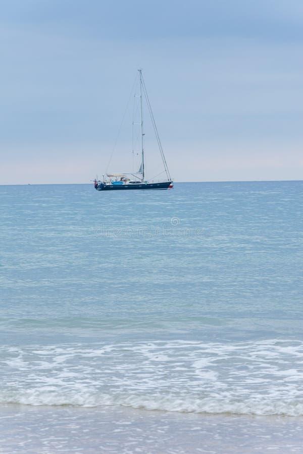 Vista vertical da navigação da praia do iate no mar fotos de stock royalty free
