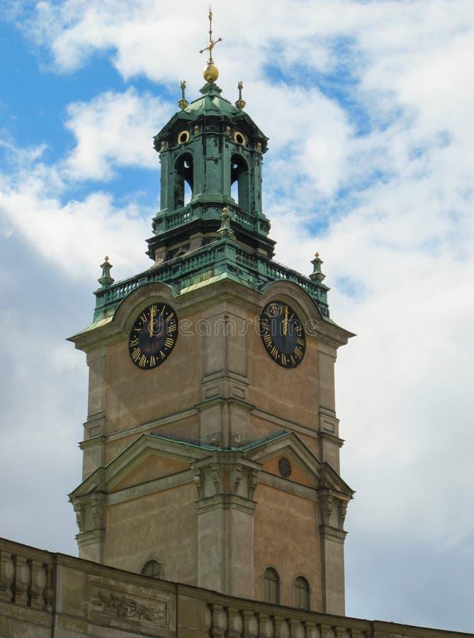 Vista vertical da torre de sino da catedral de St Nicholas Storkyrkan em doze horas Éstocolmo, Suécia fotos de stock