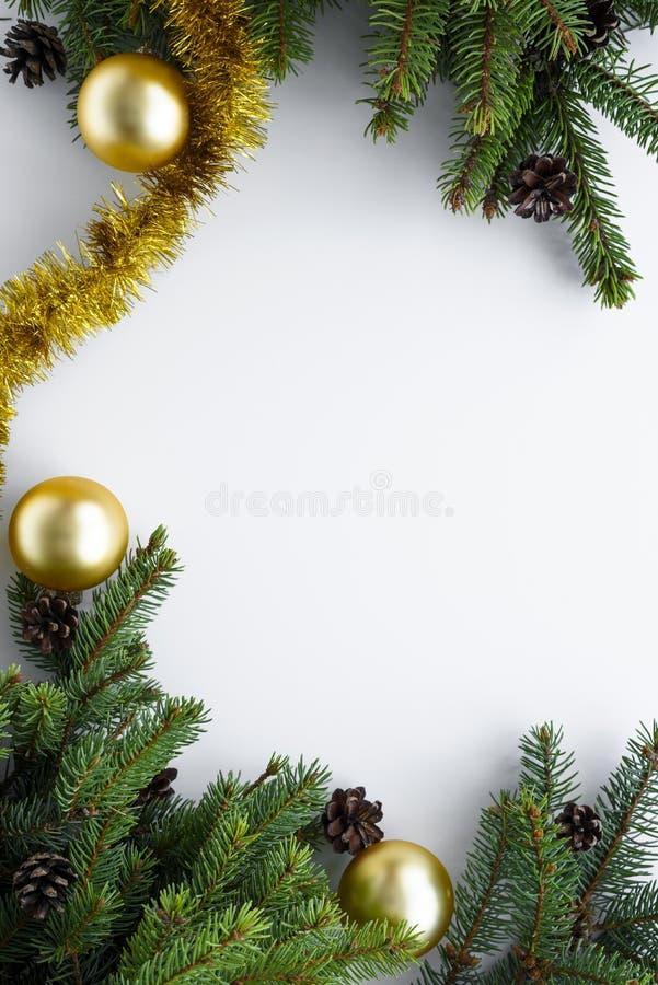 Vista vertical de cima na decoração festiva arranjada em um quadro Espaço da cópia para desejos do Natal Ramos verdes do abeto ve fotografia de stock
