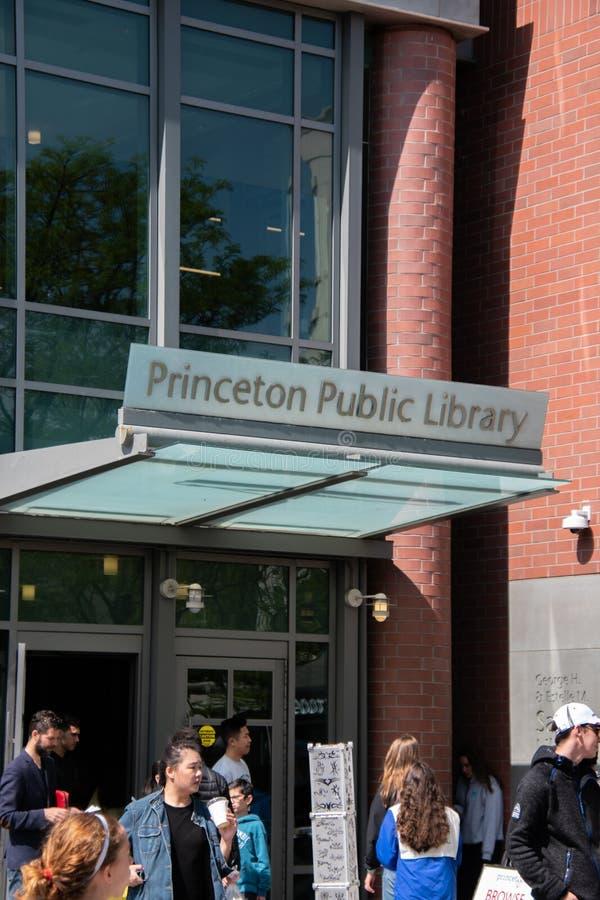 Vista vertical de la entrada delantera de la biblioteca pública de Princeton con la gente que camina en frente fotografía de archivo