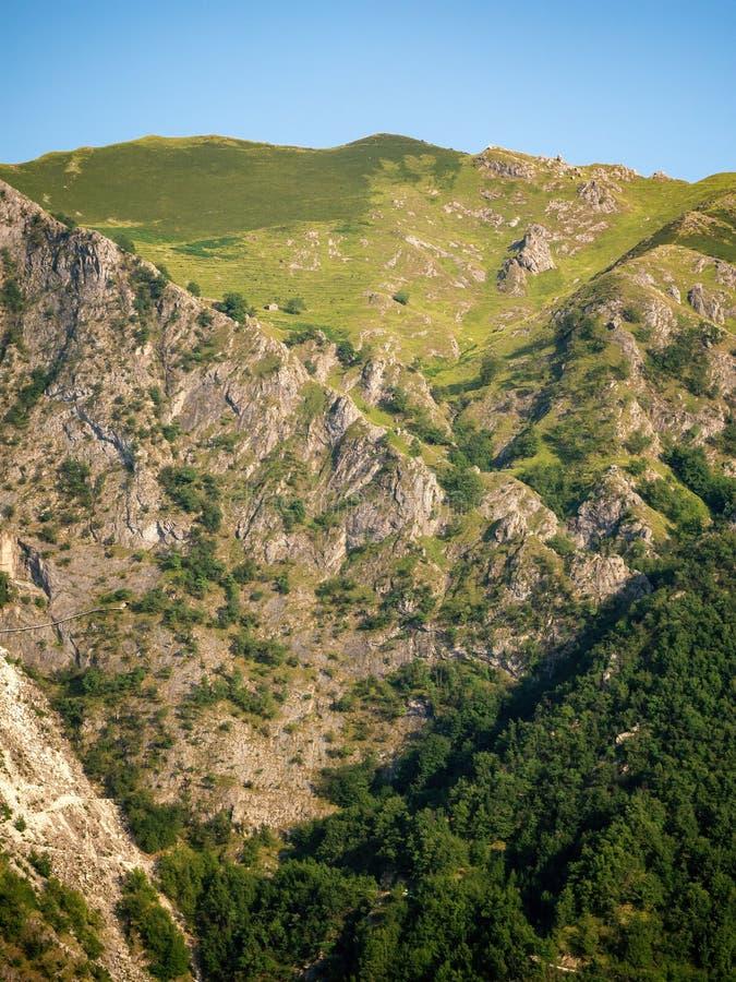 Vista vertical de la sección de las montañas de Apuan, Alpi Apuane, cerca del paso de montaña de Vestito Massa Carrara, Italia, E foto de archivo
