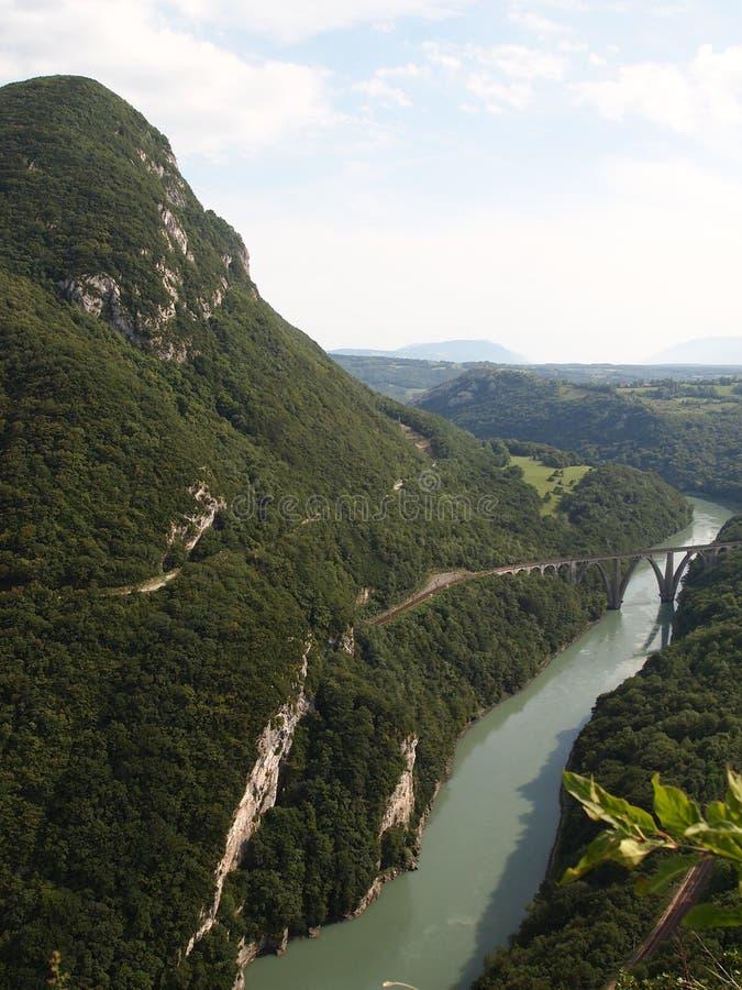 Vista vertical de las montañas suizas fotografía de archivo