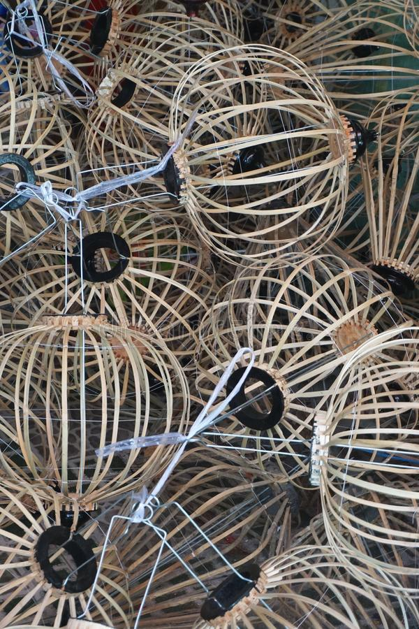 Vista vertical de los bastidores de bambú tradicionales de la linterna en una tienda de arte en Hoi An Vietnam fotografía de archivo libre de regalías