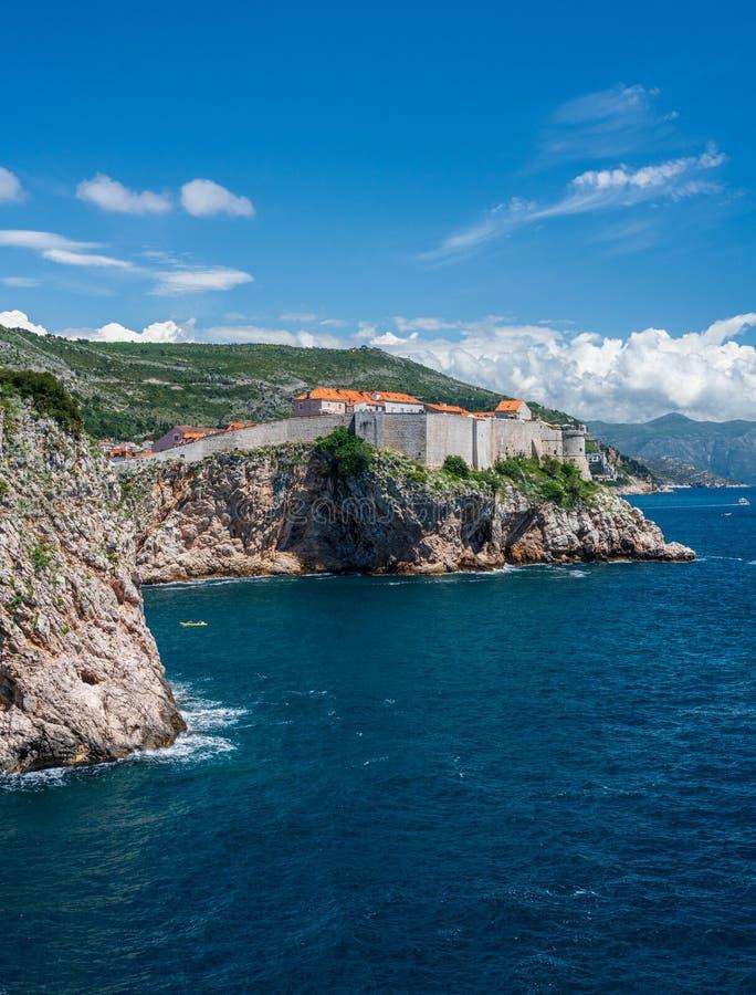Vista vertical de paredes da cidade da cidade velha de Dubrovnik na Croácia imagem de stock