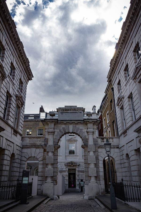 Vista vertical de una esquina de Somerset House en Londres fotografía de archivo