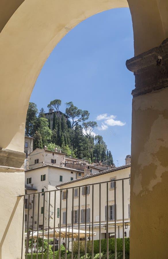 Vista vertical del antiguo pueblo de Cetona, Siena, Italia, enmarcado por un arco fotos de archivo