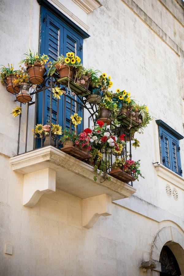Vista vertical del balcón florecido Matera, al sur de Italia fotografía de archivo