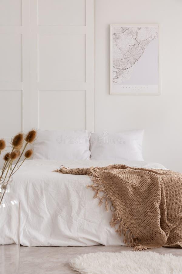 Vista vertical del interior blanco del dormitorio, foto real foto de archivo libre de regalías