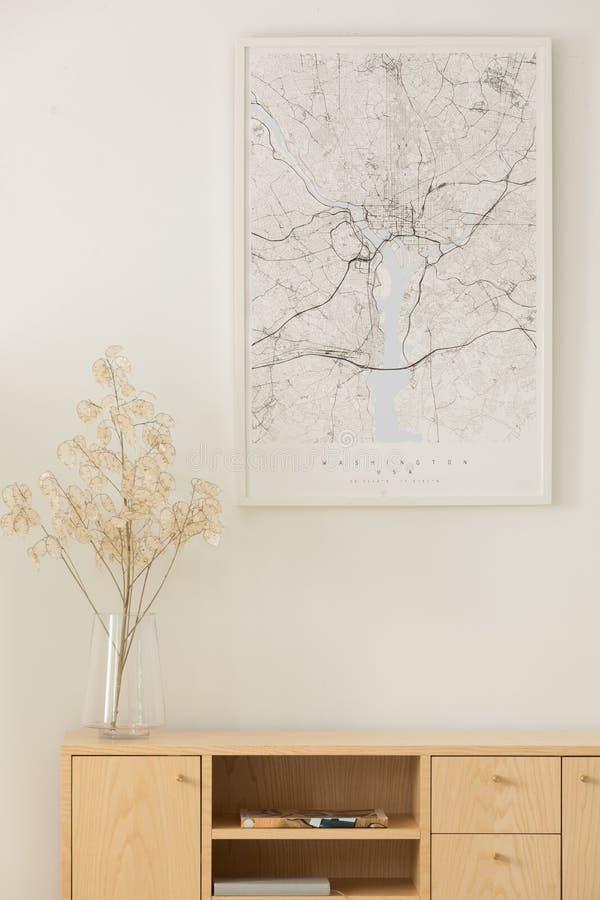 Vista vertical del mapa sobre el gabinete de madera imagen de archivo