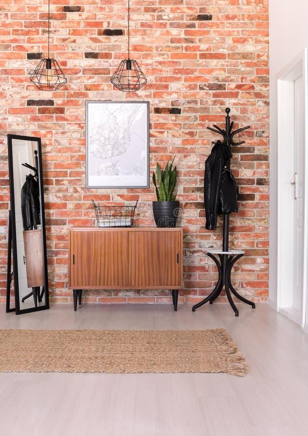 Vista vertical del pasillo clásico con la pared de ladrillo, foto real fotografía de archivo libre de regalías