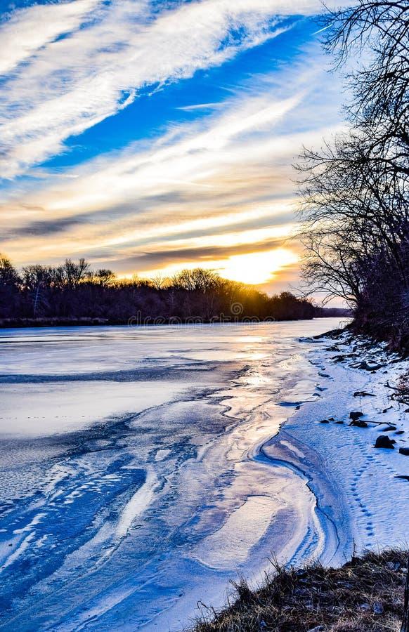 Vista vertical del río congelado de Des Moines imagen de archivo libre de regalías