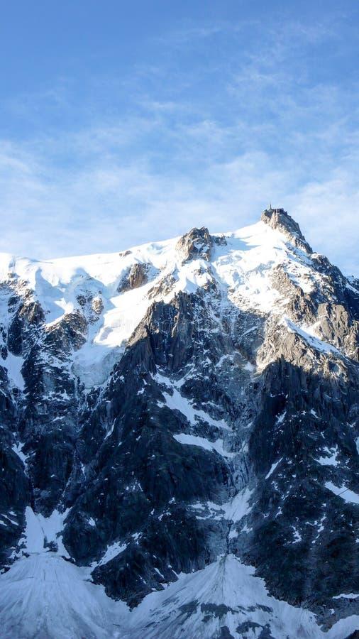 Vista verticale del fronte del nord di Aiguille du Midi con i suoi numerosi itinerari dell'ascesa fotografia stock