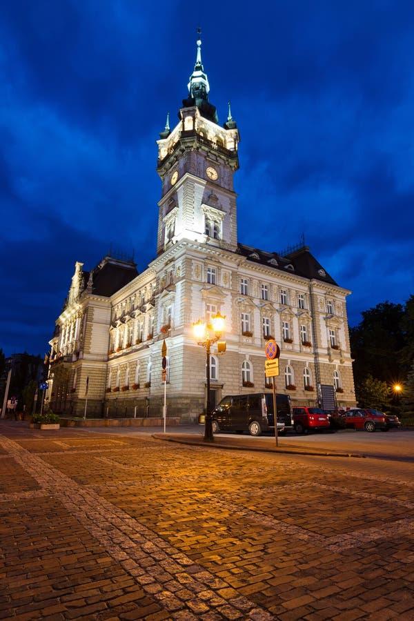 Vista verticale del municipio di Neo-rinascita nel paesaggio di notte fotografia stock