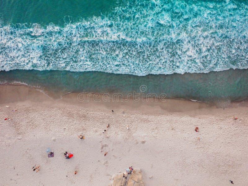 Vista verticale della spiaggia aerea fotografia stock libera da diritti