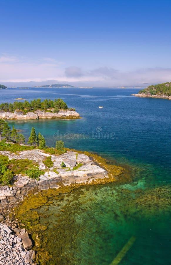Vista verticale di bello fiordo norvegese immagini stock libere da diritti