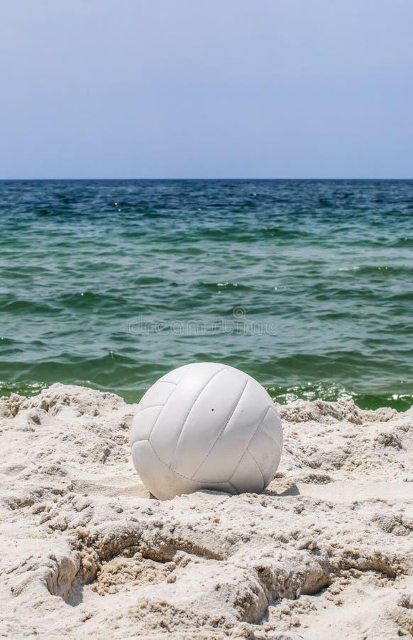 Vista verticale di pallavolo sulla spiaggia fotografia stock