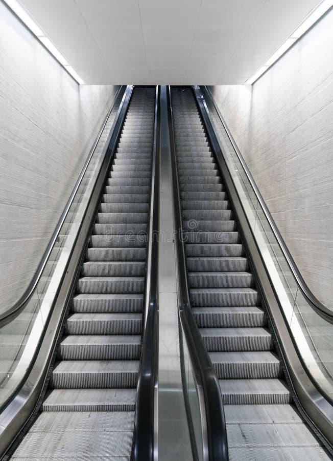 Vista verticale di un lungo una scala mobile vuota in una stazione ferroviaria immagine stock libera da diritti