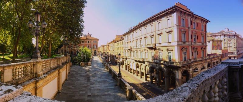 Vista via di Indipendenza, la via principale di panorama di Bologna, Italia fotografia stock libera da diritti