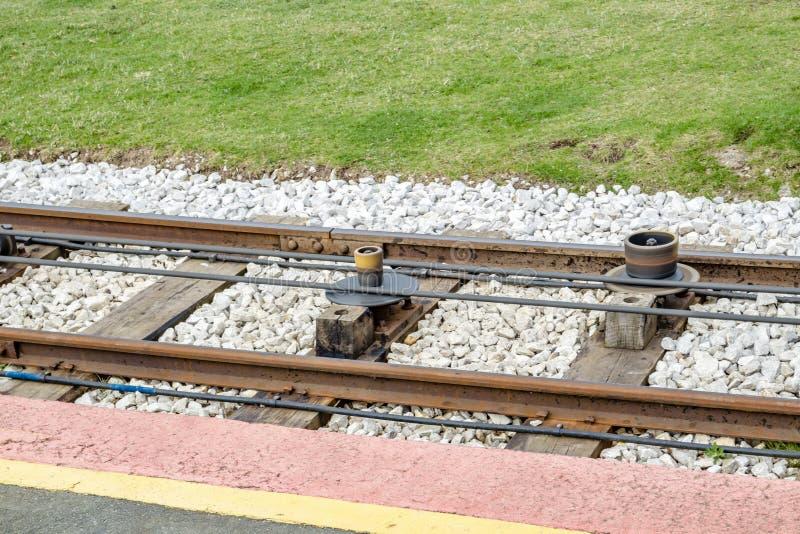 Vista vicina dei binari del tram che mostrano al sistema di cavo quale tira i tram immagine stock libera da diritti