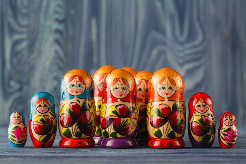 Vista vicina del Matryoshka variopinto, il Russo tradizionale N fotografie stock