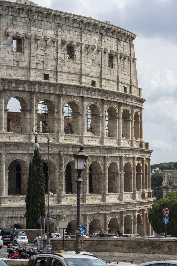 Vista vicina di Colosseum un giorno soleggiato Belle vecchie finestre a Roma (Italia) fotografie stock libere da diritti