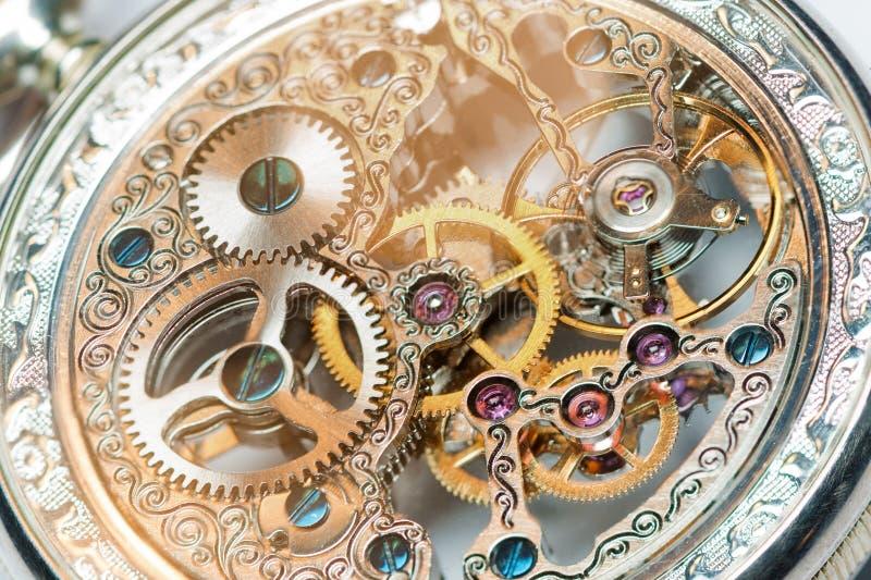 vista vicina di un meccanismo d'annata dell'orologio fotografia stock libera da diritti