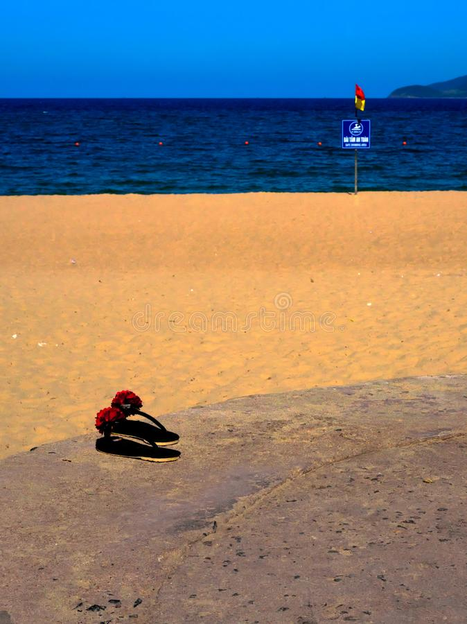 Vista vicina sui Flip-flop dalla spiaggia Vietnam di Nha Trang fotografie stock libere da diritti