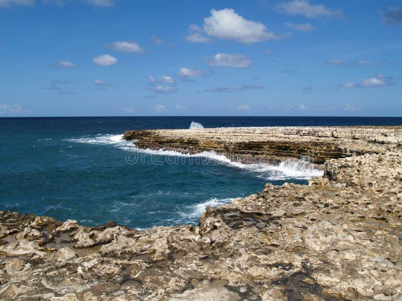 Vista vicino al ponticello dei diavoli sull'Antigua Barbuda immagine stock libera da diritti