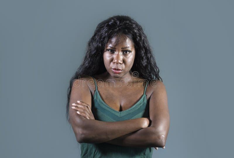 Vista virada e irritada nova do sentimento americano bonito e forçado da mulher do africano negro levantamento sério e mijado com imagens de stock royalty free
