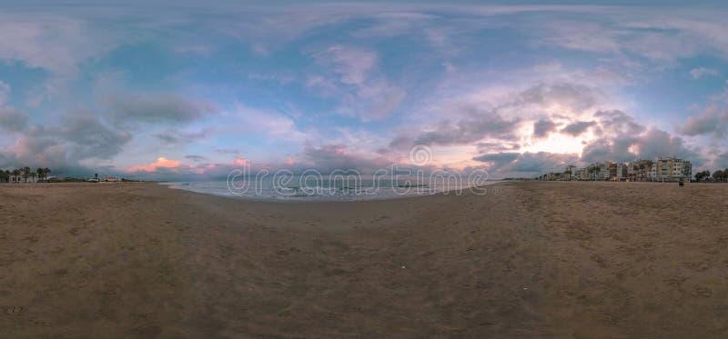 Vista 360VR da praia mediterrânea quieta em Torredembarra, Espanha foto de stock