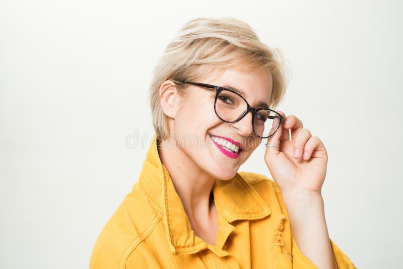 Vista y salud del ojo Buen Vision Lente de alta calidad Lentes de moda Lentes rubias adorables del desgaste de la mujer imágenes de archivo libres de regalías