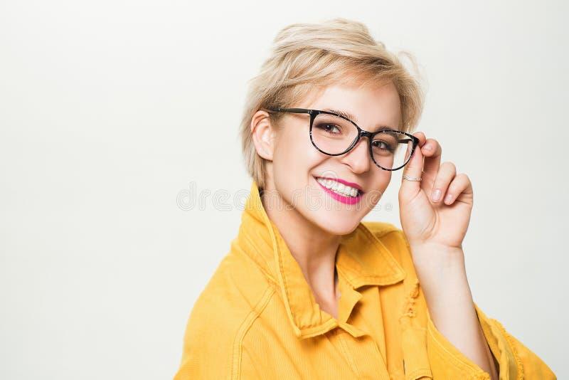 Vista y salud del ojo Buen Vision Tienda de la ?ptica Lentes de moda Lentes rubias sonrientes del desgaste de la mujer cerca fotos de archivo