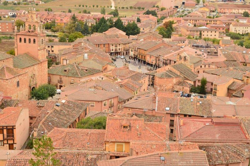 Vistas aéreas de la ciudad de la cuna de Ayllon de los pueblos rojos además de la ciudad medieval hermosa en Segovia Tierra de la fotografía de archivo