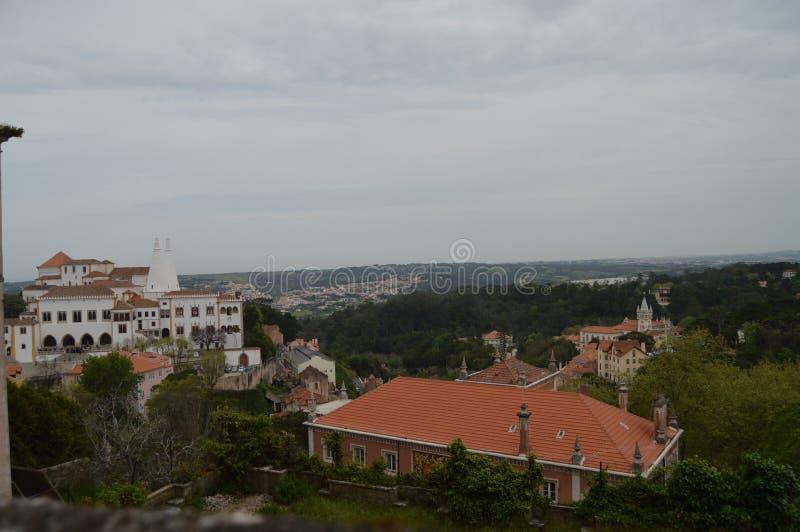 Vistas a?reas del palacio nacional y de la ciudad Hall In Sintra Naturaleza, arquitectura, historia, fotograf?a de la calle 13 de foto de archivo libre de regalías