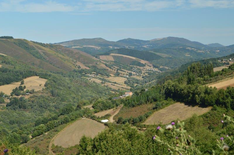 Vistas aéreas hermosas del pueblo de Villardoi en el campo de Galicia Naturaleza, paisajes, botánica, viaje 2 de agosto de 2015 fotografía de archivo libre de regalías